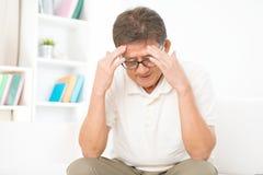 Mal de tête asiatique mûr d'homme Image libre de droits