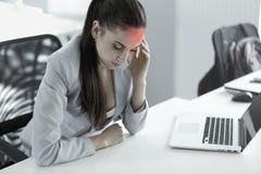 Mal de tête et tension au travail Portrait de jeune femme d'affaires à photo stock