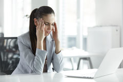 Mal de tête et tension au travail Portrait de jeune femme d'affaires à Photographie stock libre de droits