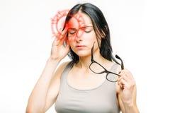 Mal de tête, femme malade avec douleur de temple photo stock