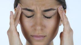 Mal de tête, fin de la fille tendue, fond blanc dans le studio photo libre de droits