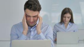 Mal de tête, homme d'affaires bouleversé dans l'effort au travail banque de vidéos