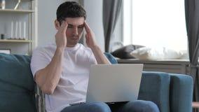 Mal de tête, jeune homme avec douleur dans la tête banque de vidéos