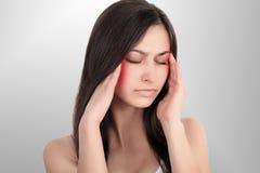 Mal de tête, migraine et effort Les inquiétudes du ` s de femme frustrent une femme qui souffre du mal de tête Jeune belle fille  Image stock