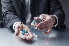 Mal de tête ou contrôle du stress avec des drogues au bureau Photos libres de droits