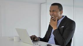 Mal di denti, afroamericano casuale BusinessmanFace con l'infezione del dente video d archivio