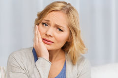 Mal di denti di sofferenza della donna infelice a casa Immagine Stock Libera da Diritti