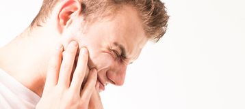 Mal di denti, medicina, concetto di sanità, problema dei denti, giovane che soffre dal dolore di dente, carie, in una maglietta b immagine stock libera da diritti