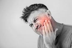 Mal di denti, medicina, concetto di sanità, problema dei denti, giovane m. immagini stock
