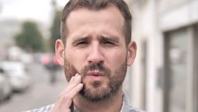 Mal di denti, uomo con dolore dell'infezione del dente video d archivio