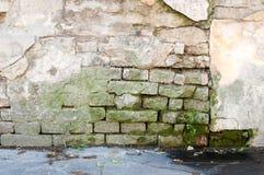 Mala base de la fundación en casa vieja o pared agrietada constructiva de la fachada del yeso con el fondo del ladrillo fotos de archivo libres de regalías