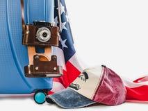 Mala de viagem à moda, bandeira dos EUA e câmera do vintage imagens de stock royalty free