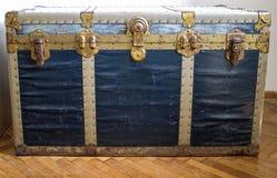 Mala de viagem azul velha consideravelmente grande Foto de Stock Royalty Free