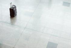 Mala de viagem com bagagem em um assoalho no aeroporto Imagens de Stock Royalty Free
