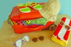 Mala de viagem com coisas para passar férias do verão Antecipação da viagem Roupa e acessórios do ` s das mulheres na mala de via Imagem de Stock