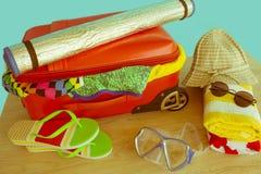 Mala de viagem com coisas para passar férias do verão Antecipação da viagem Roupa e acessórios do ` s das mulheres na mala de via Fotografia de Stock Royalty Free