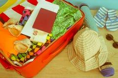 Mala de viagem com coisas para passar férias do verão Antecipação da viagem Roupa e acessórios do ` s das mulheres na mala de via Imagens de Stock