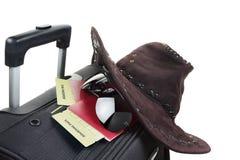 A mala de viagem com o chapéu nela isolou-se contra um branco Imagem de Stock Royalty Free