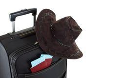 A mala de viagem com o chapéu nela isolou-se contra um fundo branco conceito do curso Fotografia de Stock