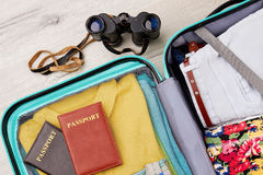 Mala de viagem completa, passaportes, binoculares Fotografia de Stock Royalty Free
