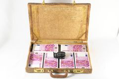 Mala de viagem completamente das notas de banco Foto de Stock Royalty Free