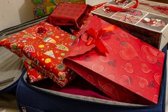 A mala de viagem das férias do Natal, completa dos presentes imagens de stock royalty free