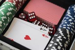 Mala de viagem de alumínio com jogo do póquer Foto de Stock