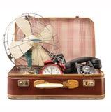 Mala de viagem do vintage completamente de objetos do vintage imagem de stock royalty free