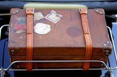 Mala de viagem na cremalheira de bagagem do carro do vintage antes de uma viagem ao redor Fotografia de Stock