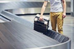 Mala de viagem na reivindicação de bagagem fotografia de stock