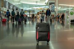 Mala de viagem no salão da partida no aeroporto conceito do curso imagens de stock