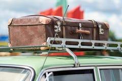 Mala de viagem no telhado de um carro velho fotos de stock