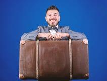 Mala de viagem pesada Servi?o de entrega Curso e conceito da bagagem Viajante do moderno com bagagem Seguro de bagagem Po?o do ho foto de stock