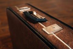 Mala de viagem retro fechado no assoalho de madeira imagens de stock royalty free