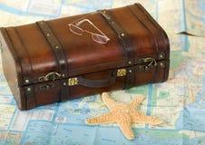 Mala de viagem retro velha, mapa, Starfish Imagem de Stock Royalty Free