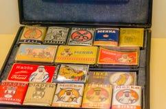 Mala de viagem velha com caixas do cigarro Imagem de Stock Royalty Free