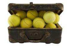 Mala de viagem velha completamente de esferas de tênis Imagem de Stock