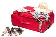 Mala de viagem vermelha com um chapéu Fotografia de Stock Royalty Free
