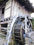 mala det gammala vattenhjulet Arkivfoton