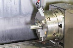 Mala detaljen på metall som klipper cnc-maskinen med det rå metallröret Royaltyfria Foton
