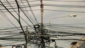 Mala gestión del alambre en los pilares de la calle almacen de video