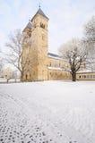 Mala iglesia romance de Klosterlausnitz bajo nieve Fotografía de archivo