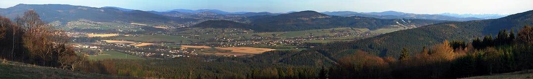 从Mala Kycera小山的早春天全景在Beskydy山 免版税库存照片