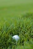Mala mentira de la pelota de golf fotos de archivo libres de regalías
