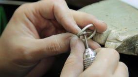 Mala och polsk juvelerare för guld- cirkel för smycken arkivfilmer