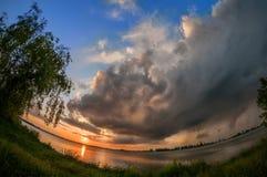 Mala sjön i Bucharest Rumänien efter en sträng storm på solnedgången Royaltyfria Foton