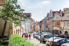 Mala Strana Coches parqueados y gente que caminan entre la Praga diciembre imagenes de archivo