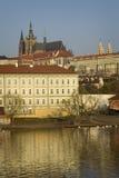 Mala Strana och Prague slott över den Vltava floden Prague tjeck R Arkivbild