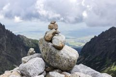 Mala studena dolina wycieczkuje ślad w Wysokim Tatras, lato turystyczny sezon, dzika natura, turystyczny ślad, kamienny kopiec fotografia royalty free