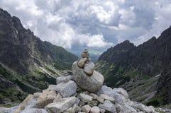Mala studena dolina wycieczkuje ślad w Wysokim Tatras, lato turystyczny sezon, dzika natura, turystyczny ślad, kamienny kopiec obraz royalty free